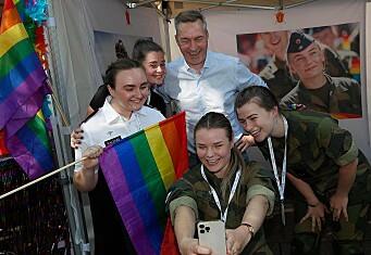 Forsvarsministeren besøkte stand i Pride Park