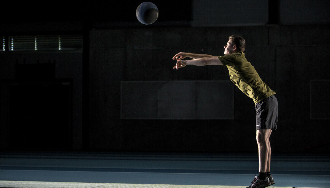 MEDISINBALL: Støt med medisinball er en av de fysiske testene på sesjon i dag.
