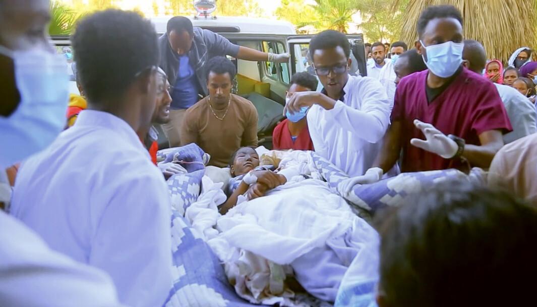 Et offer ankommer et sykehus i Mekele etter angrepet mot et marked i markedsbyen Togoga. Ifølge helsearbeidere ble over 50 personer drept.