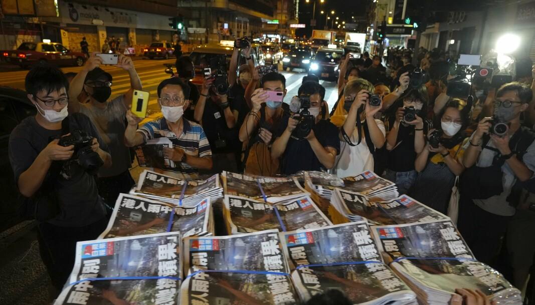 SISTE UTGAVE: Folk strømmet til da den siste utgaven av den prodemokratiske Hongkong-avisa Apple Daily dukket opp hos avisselgere torsdag. USAs president Joe Biden retter skarp kritikk mot det han mener føyer seg inn i et mønster av undertrykkelse fra kinesisk hold.
