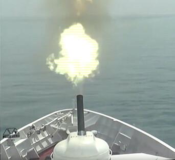 SKYTER: Et russisk fartøy som skygger HMS Defender avfyrer skudd.