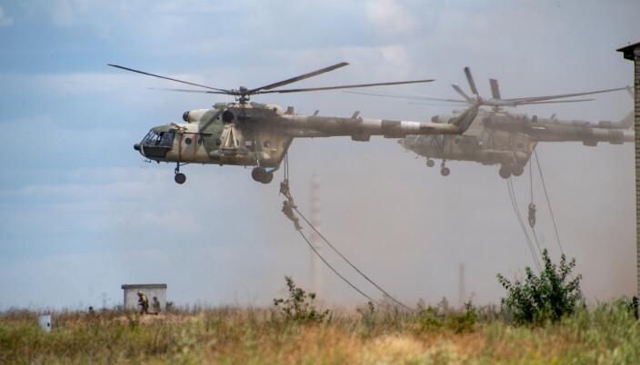 ØVELSE SEA BREEZE: Soldater firer seg ned fra to helikoptre under øvelse Sea Breeze 2019 i Svartehavsområdet. Årets øvelse blir den største som er gjennomført.
