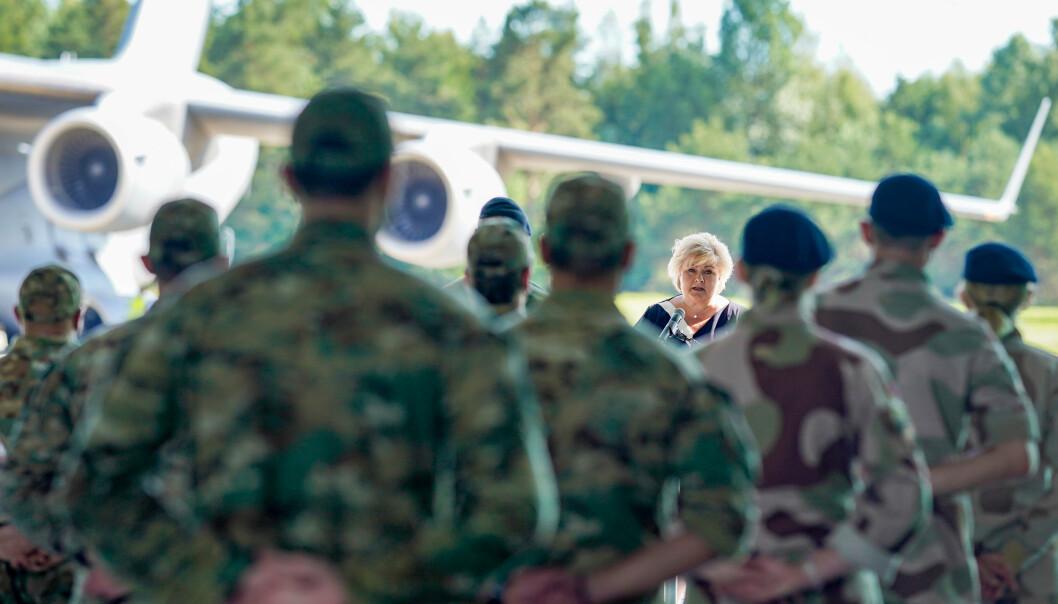 I NORGE: Statsminister Erna Solberg holder tale under mottagelsen for de siste norske kampsoldatene som lørdag kom med fly fra Afghanistan til den militære delen av Gardermoen.Foto: Fredrik Hagen / NTB