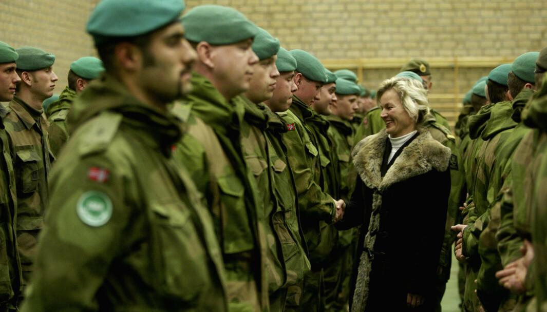 FERSK: Mahmoud Farahmand (foran t.v.) hilser på daværende forsvarsminister Kristin Krohn Devold før han og medsoldatene reiste til Afghanistan i 2003.