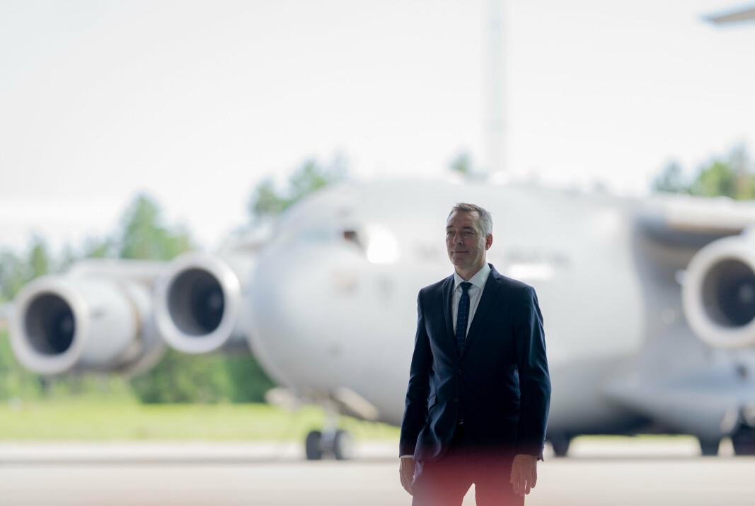 AVTALE: Forsvarsminister Frank Bakke-Jensen under mottagelsen for de siste norske kampstyrkene som returnerte med fly fra Afghanistan til den militære delen av Gardermoen.