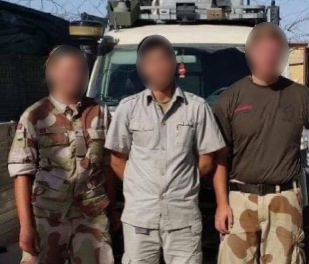 JOBBET FOR NORGE: Afghaneren sammen med to norske soldater i Afghanistan.