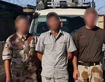 AFGHANISTAN: Innleggsforfatteren sammen med to norske soldater.