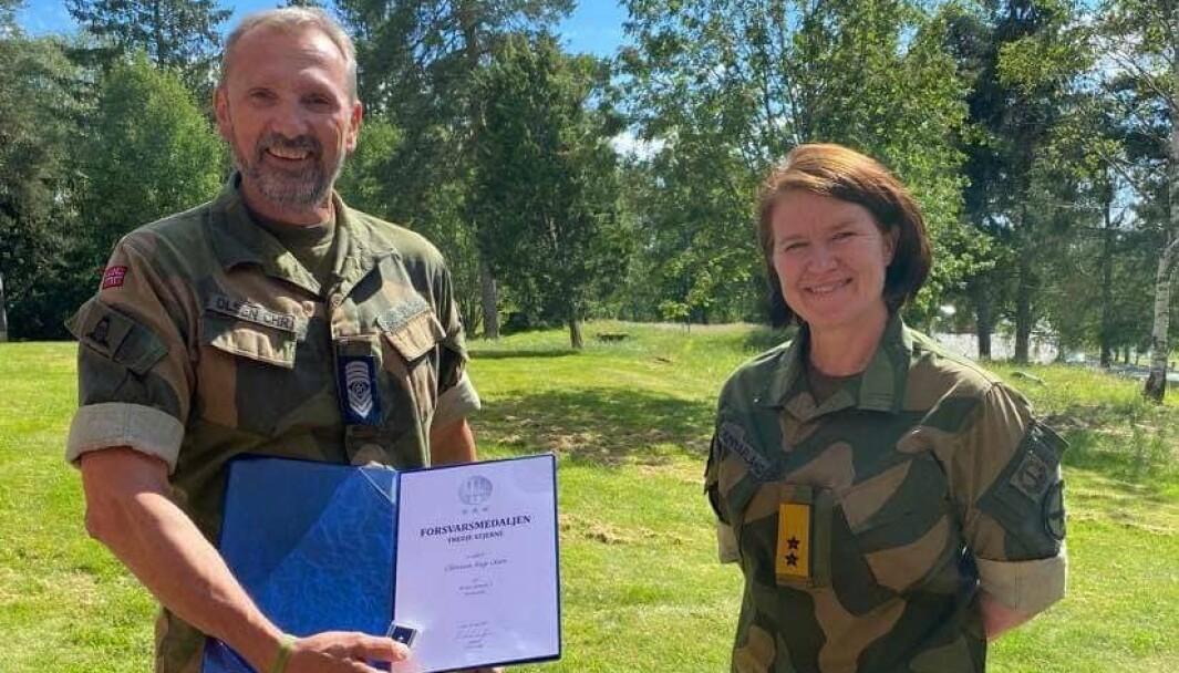 3 STJERNER: Sjefssersant Christian Aage Olsen og Sjef Luftforsvaret Tonje Skinnarland.