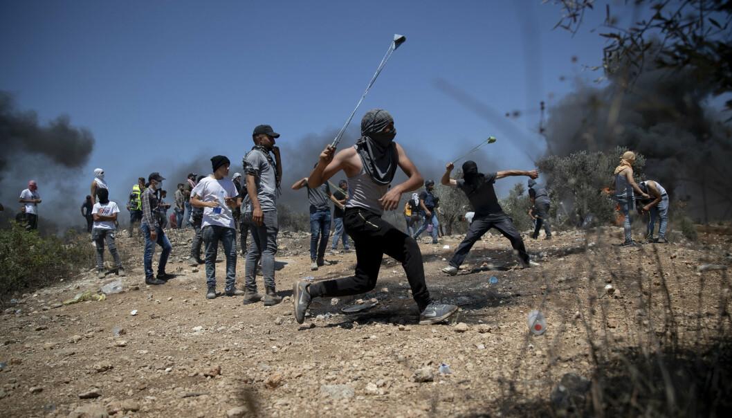 PROTESTERER: Palestinere protesterer mot en ulovlig bosetning på Vestbredden.