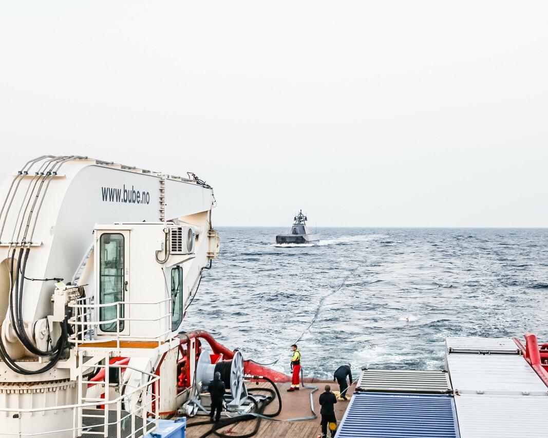 FUEL: Her gir båten drivstoff til en av korvettene. De er så små at de er avhengige av etterforsyninger.