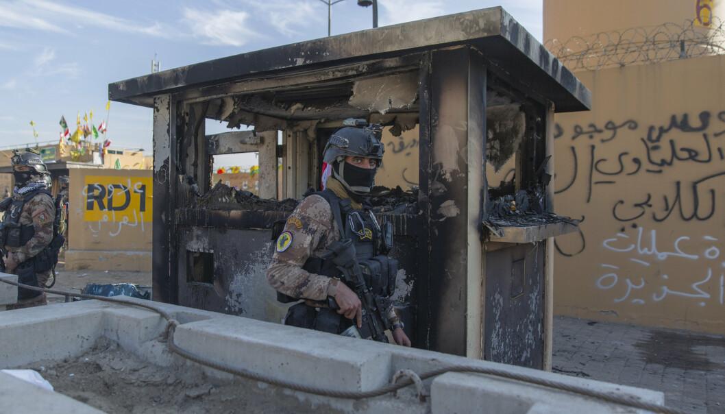 BAGDAD: Irakiske soldater foran den amerikanske ambassaden i Bagdad.