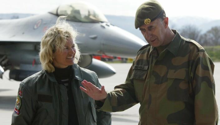 VANSKELIG SITUASJON: Daværende forsvarsminister Kristin Krohn Devold (H) og forsvarsjef Sigurd Frisvold på Ørland flystasjon i Trøndelag i 2003. Frisvold sier at afghanere som jobbet for Norge er i en vanskelig situasjon.