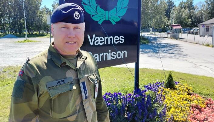 MANGE PENSJONISTER: Avgang for alder øker behovet for mer utdanning av personell, forklarer John Hope, sjef for LS på Værnes.