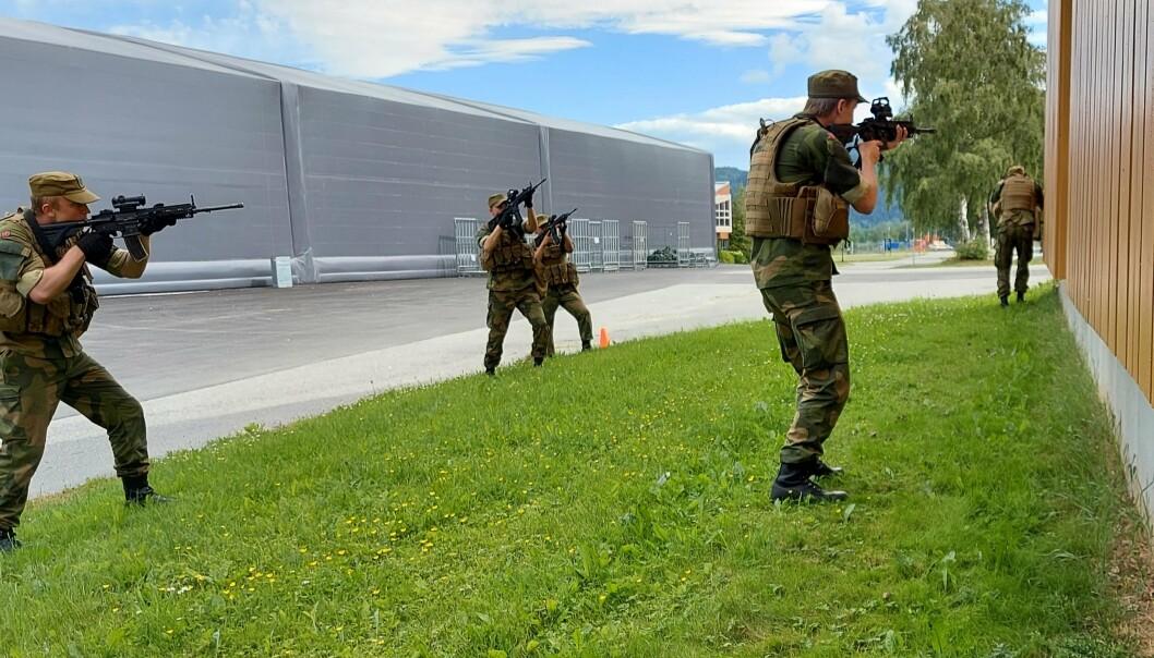 SIKRER BYGG: Vernepliktige trener baseforsvar i samlet skolesenter på Værnes. LS blir del av større samling av Forsvaret rundt Trondheimsfjorden.