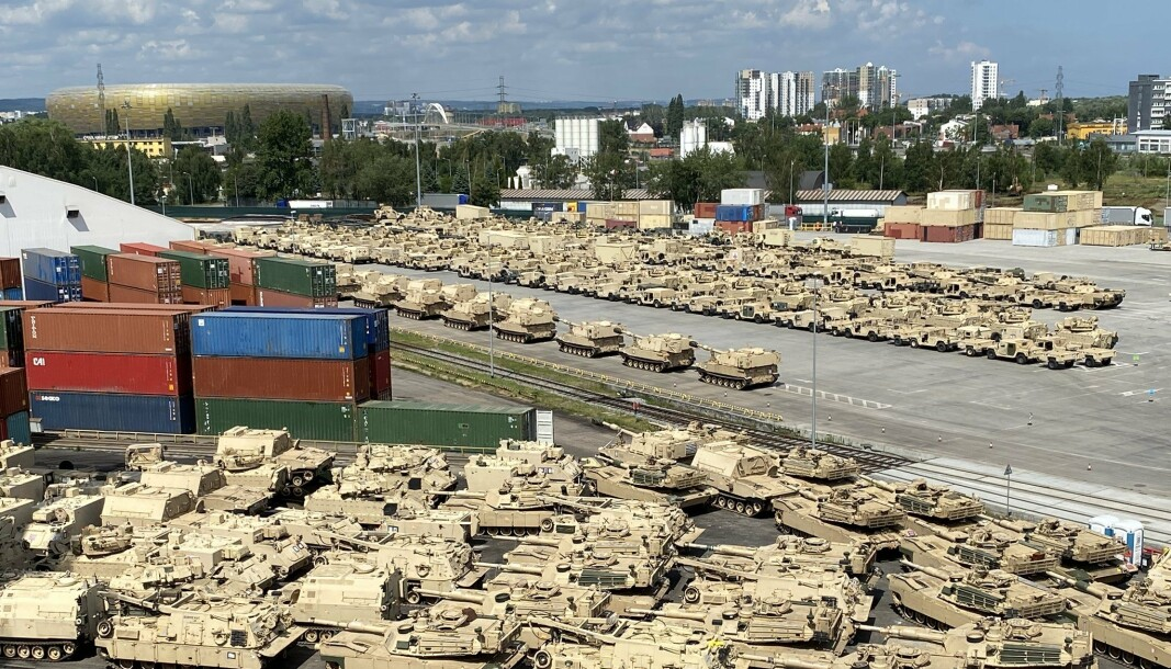 I LAND: Stridsvogner fra den amerikanske hæren ankom Poznan i Polen tirsdag.