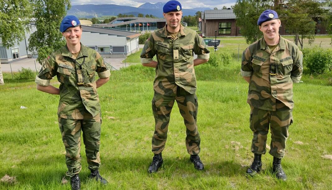 SJEFSSKIFTE: Nina Sofie Berg (t.v.) er ny sjef for Stridstrenbataljonen. Her står hun sammen med sjef for Brigade Nord, Pål Eirik Berglund, og avtroppende sjef for Stridstrenbataljonen Bård Andersen (t.h.)