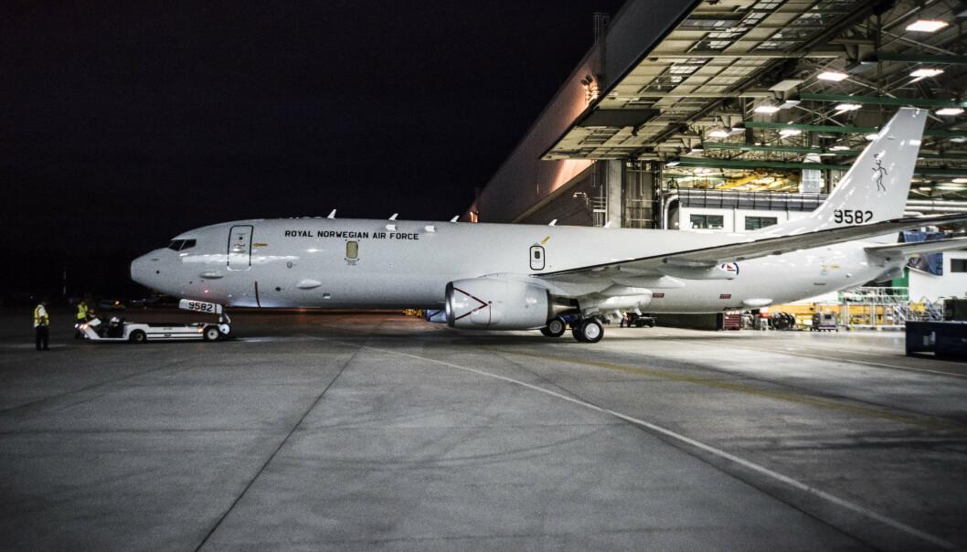 FERDIGMALT: Her ruller Vingtor ut av Boeings malehall, utstyrt med norske militære kjennetegn og navn.