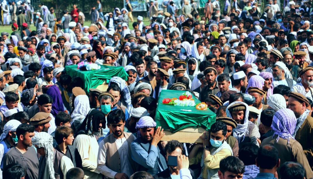 KAMPER: Afghanere følger sivile til graven i Badakhshan-provinsen nord i Afghanistan tidligere i juli. De ble drept i kamper mellom regjeringsstyrker og Taliban-opprørere