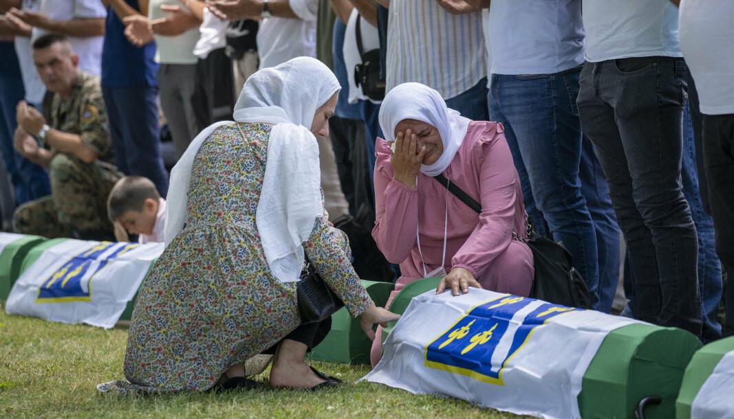 SREBRENICA: Overlevende, pårørende og andre var til stede under seremonien der 19 nylig identifiserte ofre for den verste forbrytelsen i Europa siden andre verdenskrig ble begravet ved Srebrenica søndag.