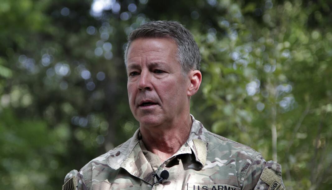 OVERREKTE KOMMANDOEN: USAs øverstkommanderende i Afghanistan, general Scott Miller, overførte mandag kontrollen over afghansk område til regjeringsstyrkene.