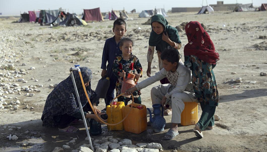 FLYKTER: En familie som flykter fra Afghanistan for å komme unna Taliban.