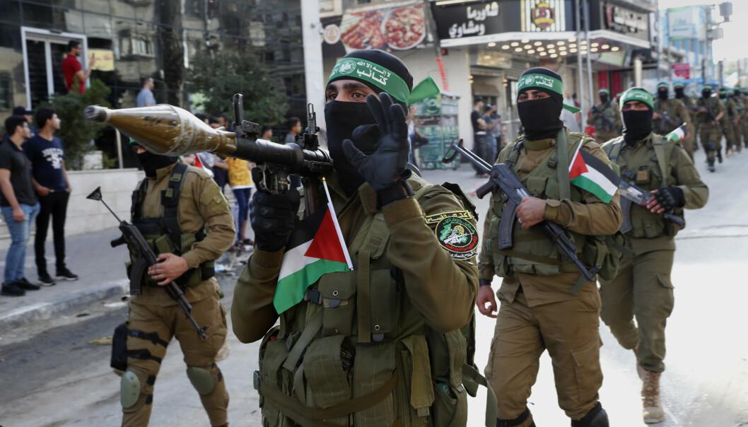 FOLKERETTEN: Militante medlemmer av Hamas' militære gren Izzedine al-Qassam-brigadene, bryter ikke folkeretten om de skyter raketter mot israelske styrker som vokter grensa mot Gazastripen, eller andre militære mål i Israel, ifølge eksperter på folkeretten.