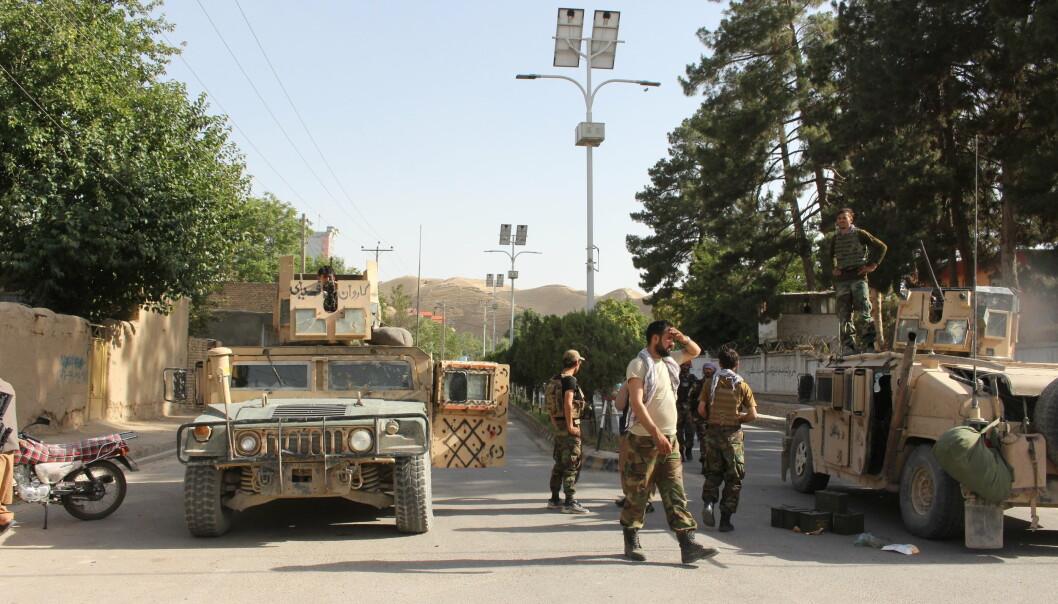 FLYKTER: Afghanske soldater i den afghanske provinsen Badghis, som grensen mot Turkmenistan. Mange afghanere flykter til nabolandene når Taliban tar over store deler av landet.