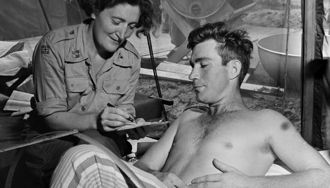 PLEIE: Den norske sykepleieren Petra Drabløs pleier en canadisk soldat.