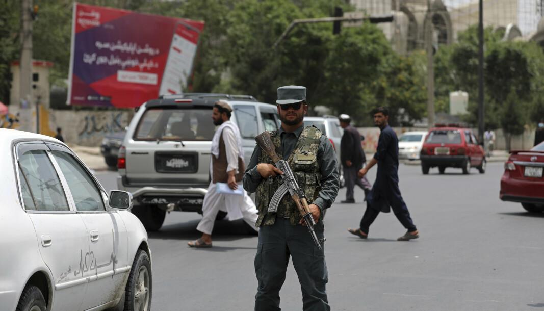 EROBRER: Taliban erobrer stadig nye områder i Afghanistan, og Frankrike ber nå sine statsborgere om å forlate landet. På bildet er en afghansk politimann i Kabul.