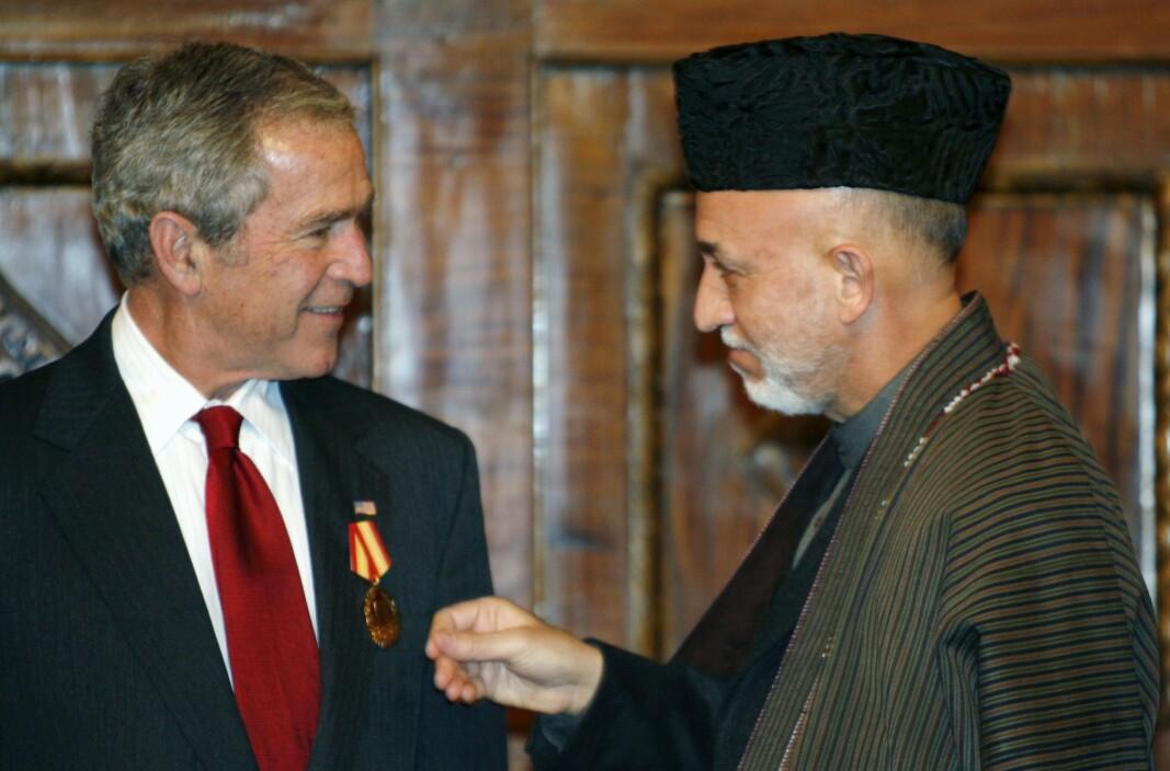 KABUL: Tidligere president George W. Bush sier at tilbaketrekkingen fra Afghanistan er et stort feilgrep. Her mottar han en medalje av daværende president i Afghanistan Hamid Karzai i Kabul i 2008.