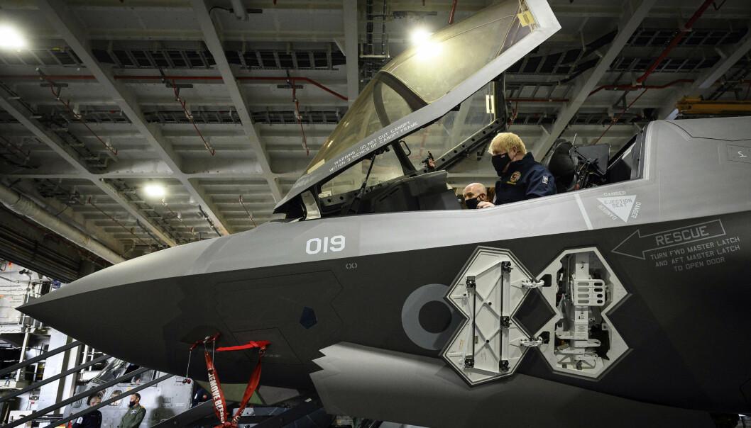 VERDENS STØRSTE: Lockheed Martin produserer F-35 kampfly og er verdens største våpenprodusent. Her får Storbritannias statsminister Boris Johnson prøvesitte cockpiten på ett av flyene.