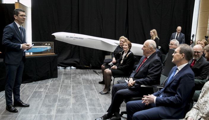 MED PÅ LISTEN: Konsernsjef i Kongsberg Gruppen, Geir Håøy, i forbindelse med et tidligere besøk av Kong Harald.