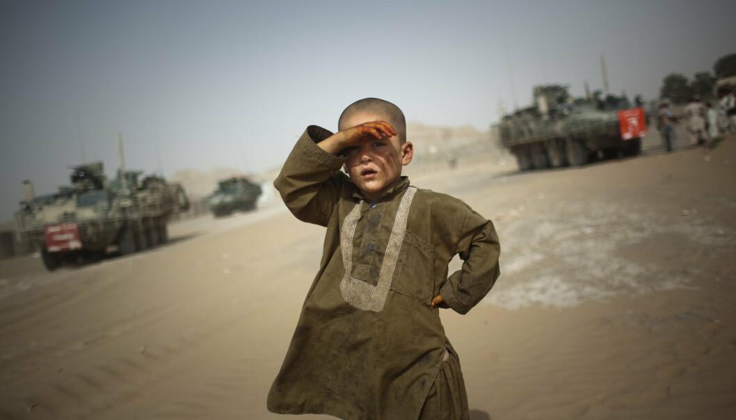 EROBRET: Et lite barn i utkanten av grensebyen Spin Boldak i Afghanistan i 2009. Grensebyen ble erobret av terrorgruppen Taliban onsdag. Foto: Emilio Morenatti