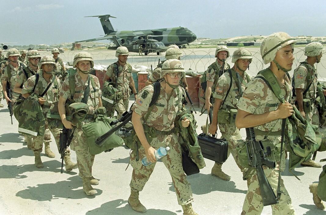 KONFLIKT: Amerikanske soldater på en flyplass i Mogadisju i 1993, på vei ut av landet. USA hadde soldater i Somalia over en lengre periode på 1990-tallet.
