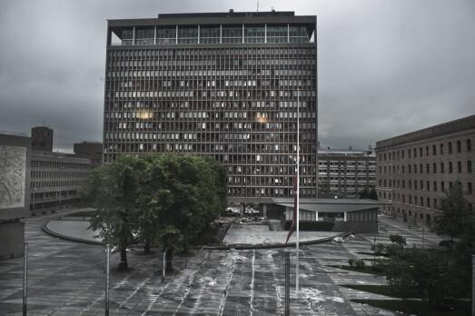 BOMBE: Bilde av den ødelagte Høyblokka bare noen dager etter at bygget ble angrepet med en bilbombe som veide 950 kilo.