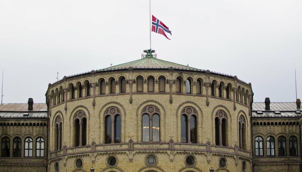 HALV STANG: Det ble flagget på halv stang fra Stortinget 23. juli 2011, mens soldater fra Heimevernet voktet bygningen på utsiden.