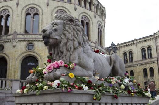 LØVEBAKKEN: Folk begynte tidlig å legge ned blomster utenfor Stortinget, hvor soldatene sto vakt.