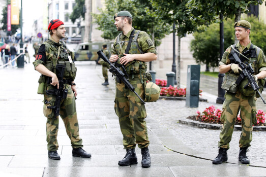 VAKTPOST: Soldater fra Heimevernet utenfor Stortinget.