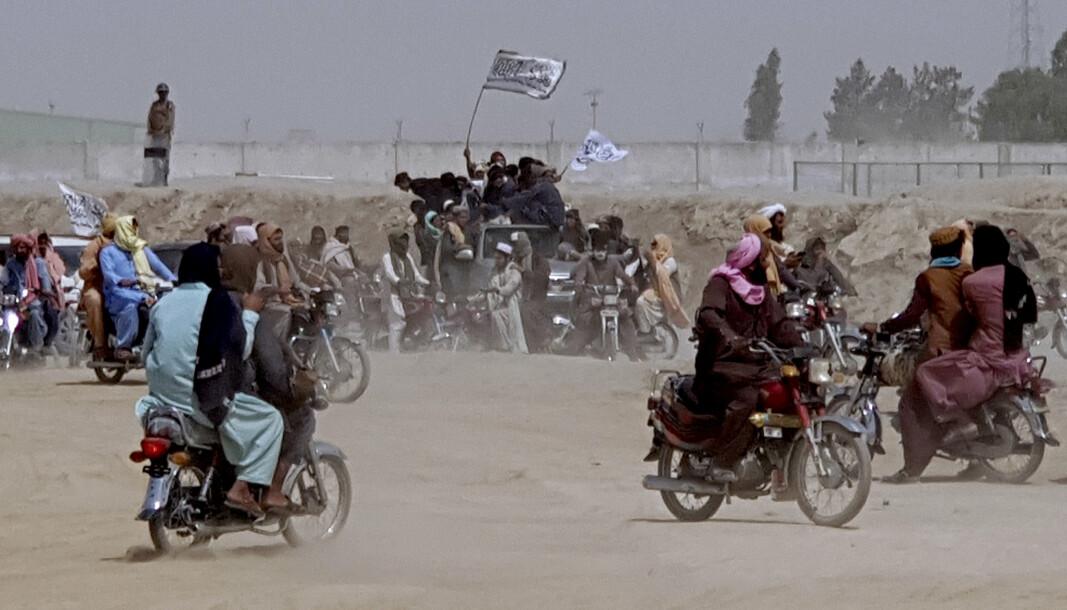 OVERTOK GRENSEOVERGANG: Taliban tok kontroll over grenseovergangen ved Spin Boldak onsdag, noe Taliban-tilhengerne på bildet feirer for. Taliban skal ha drept en indisk Reuters-fotograf torsdag kveld.