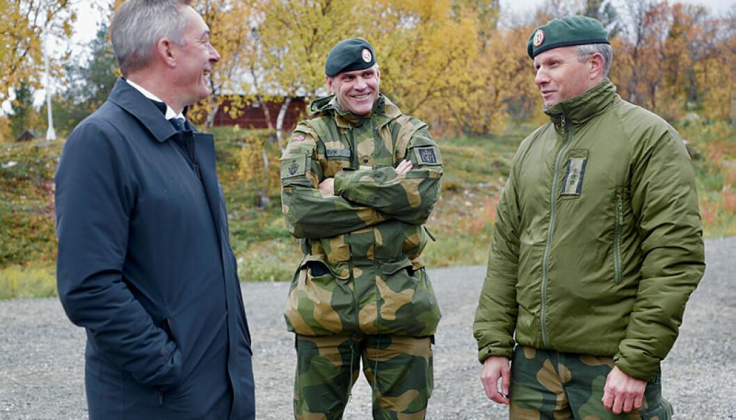 SJEFSTRIO: Sjef Finnmark landforsvar ,Tomas Beck (t.h.) sammen med forsvarsminister Frank Bakke-Jensen og sjef Hæren, Lars Lervik.