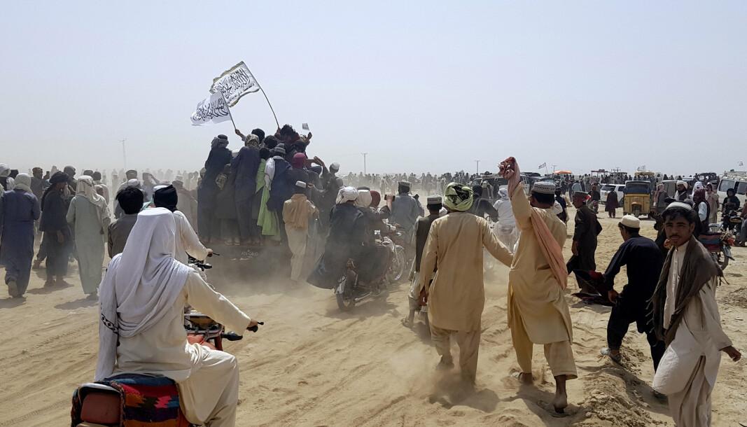 FORHOLD: Taliban kan kanskje få et avklart forhold til Kina gjennom sin store beskytter Pakistan, en alliert av styret i Beijing. Bildet viser Taliban-tilhengere som erobrer kontrollen over en viktig grensepassering mellom Afghanistan og Pakistan