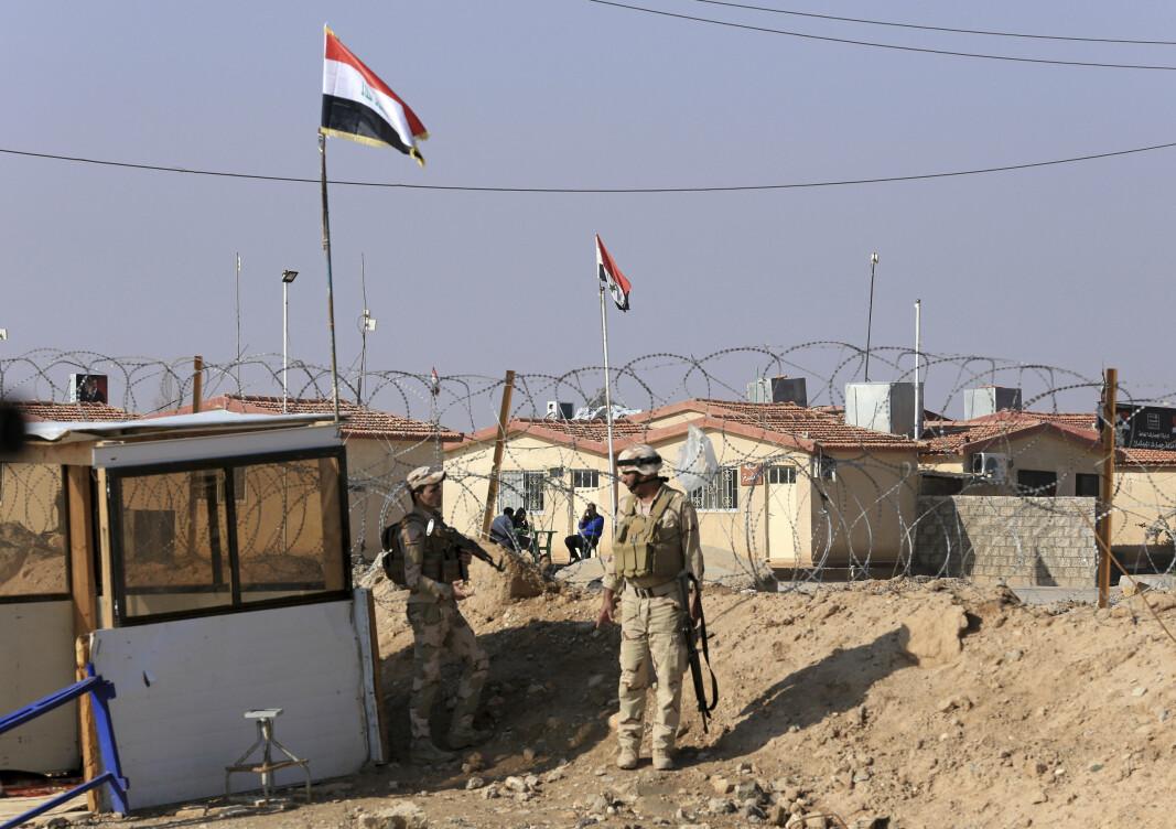 PÅ GRENSA: Irakiske soldater står på vakt på grensen mellom Irak og Syria, her i Anbar-provinsen.