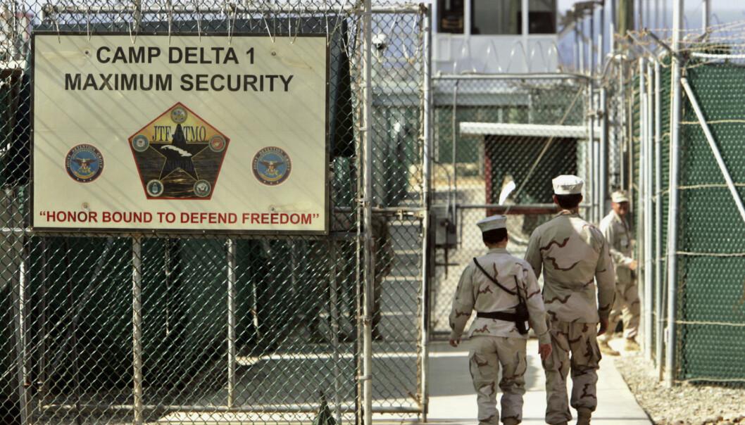 USAs forsvarsdepartementets offisielle, amerikanske militærvakter vandrer i Camp Delta militærdrevet fengsel, ved Guantanamo Bay.
