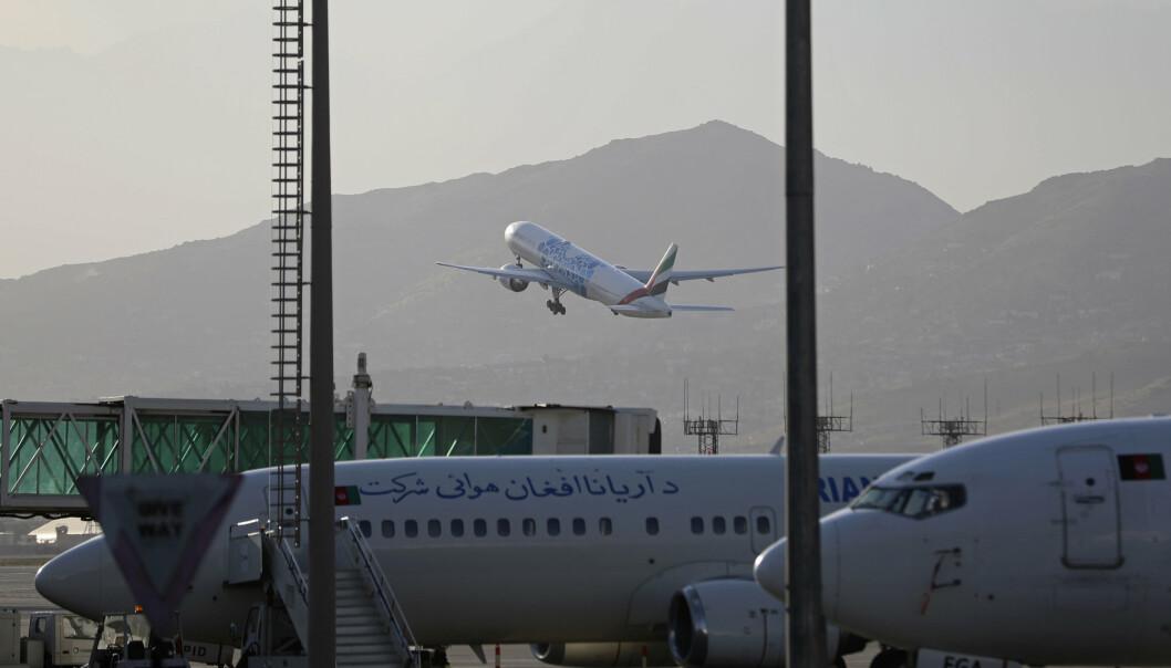 Et fly tar av fra Hamid Karzai internasjonale lufthavn i Kabul, Afghanistan.