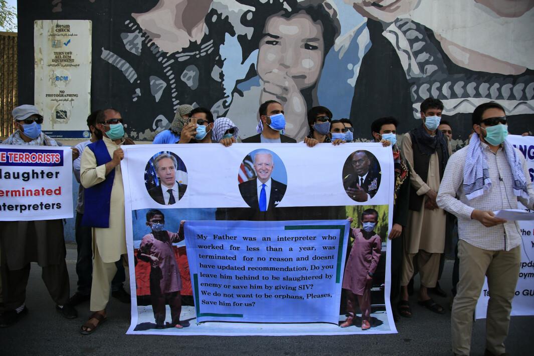 Tidligere tolker demonstrerer foran den amerikanske ambassaden i Kabul. Når får tolkene midlertidig opphold på en amerikansk militærbase. (AP Photo/Mariam Zuhaib)