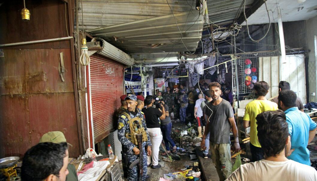 BOMBEANGREP: Varer lå strødd nær åstedet for bombeangrepet på Woheilat-markedet som krevde minst 28 menneskeliv i Sadr-byen mandag.