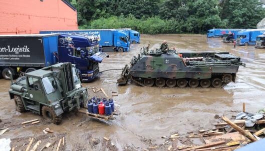 BERGING: Soldater i Hagen trekker en lastebil med et pansret bergingsvogn.
