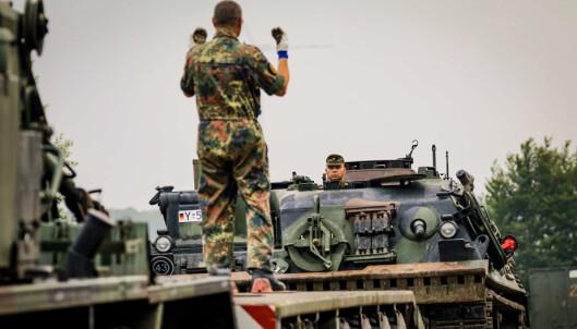 PANSRET: Et pansret kjøretøy lastes av i Ahr-dalen.