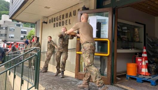 FOR HÅND: Tyske soldater deltar i redningsarbeidet.