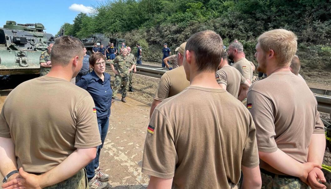 MINISTER: Forsvarsminister Annegret Kramp-Karrenbauer møter soldatene som ble utplassert i Erftstadt.